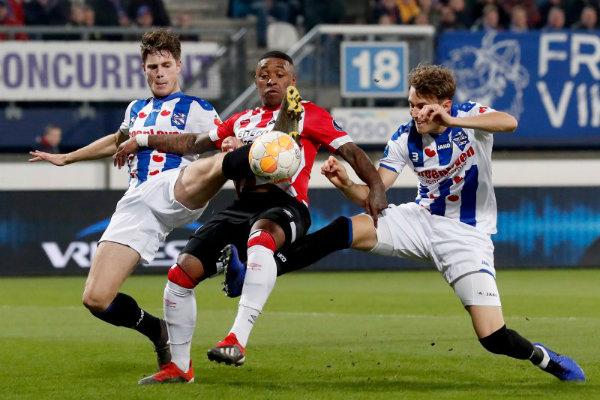 Acción durante el encuentro entre Heerenveen y el PSV