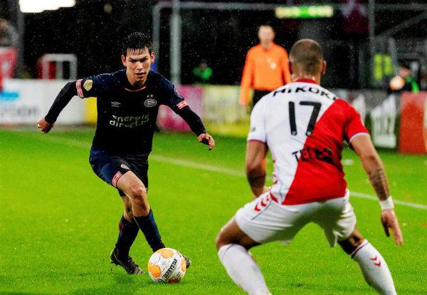 Lozano controla el balón en un partido del PSV  12c31e2a011fc