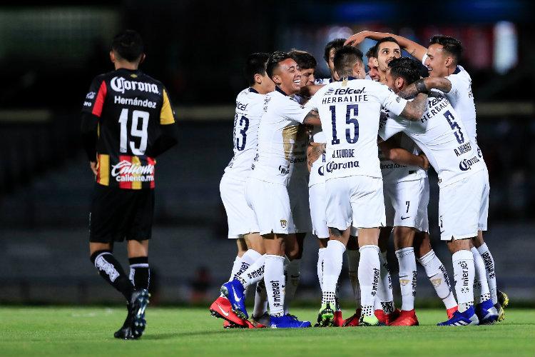 Pumas festeja gol de Iniestra  520fabb6cab73
