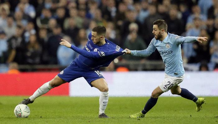 Hazard disputando el balón ante el City