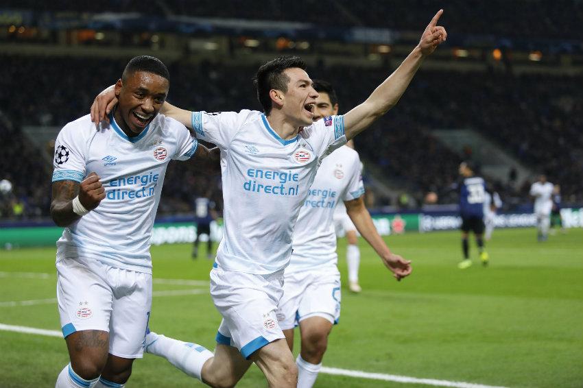 Lozano celebra anotación en Champions League con sus compañeros  29ab01466