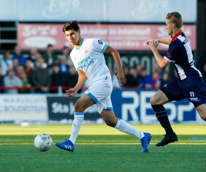 Guti conduce un balón en un juego del PSV  f2ba99e4a
