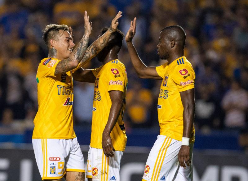 Jugadores de Tigres festejan un gol al Saprissa