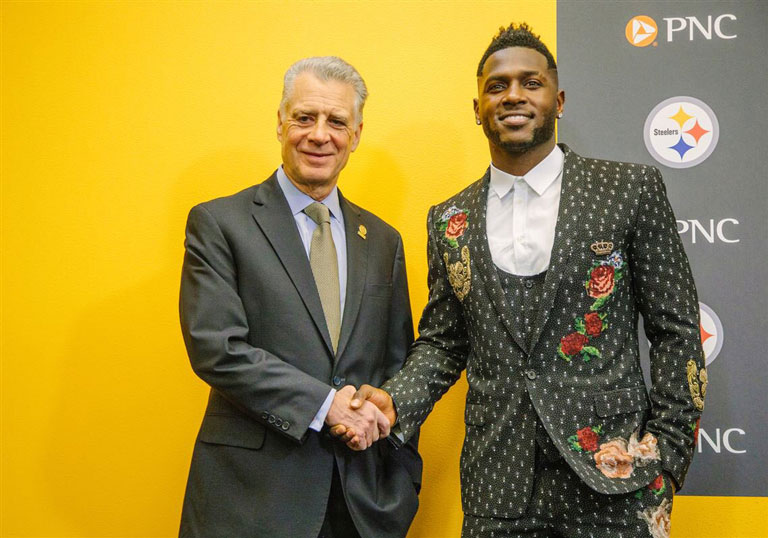 Antonio Brown saluda a Art Rooney II, dueño de los Steelers