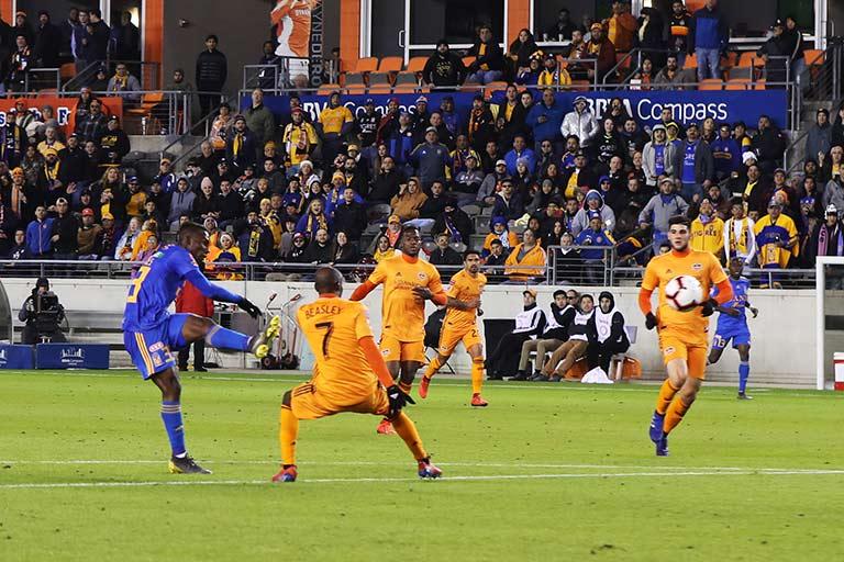 Momento en que Quiñones impacta la pelota para clavar el segundo gol de Tigres