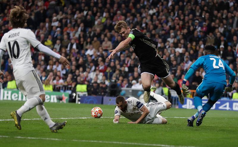 De Ligt impide un disparo de Benzema en el Bernabéu  dc1148b9433b3