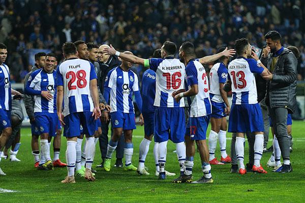 Jugadores del Porto festejan victoria  e9c9395b44b76