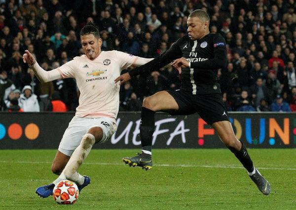 Mbappé en el partido contra Manchester United