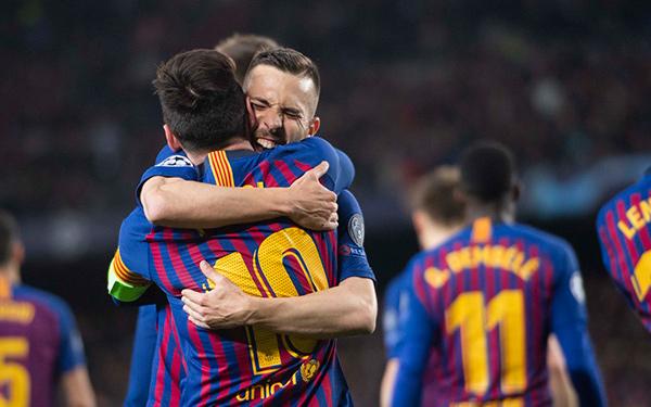 Alba abraza a Messi tras un gol del Barcelona en Octavos de Final