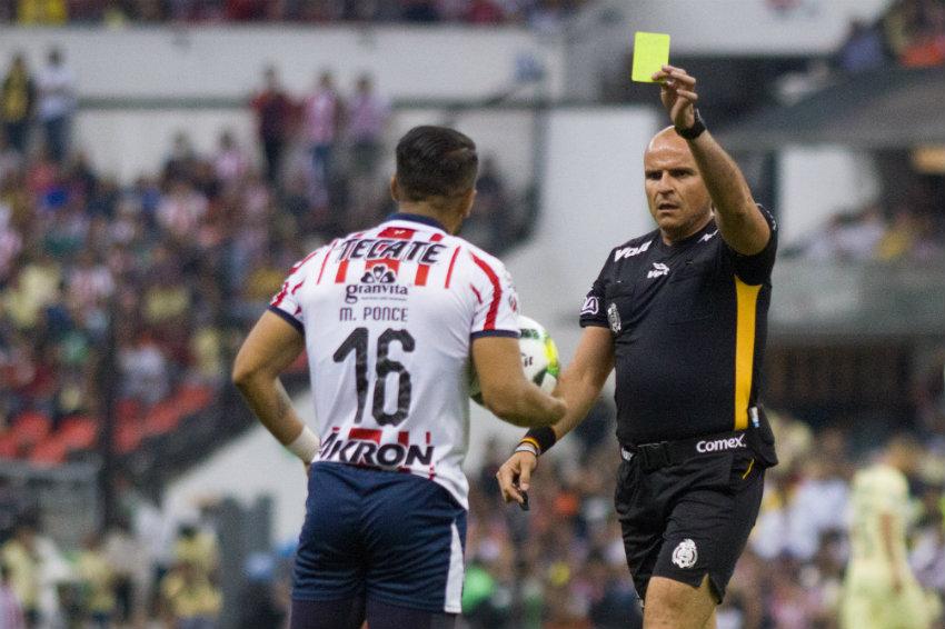 Chacón le saca tarjeta amarilla a Ponce