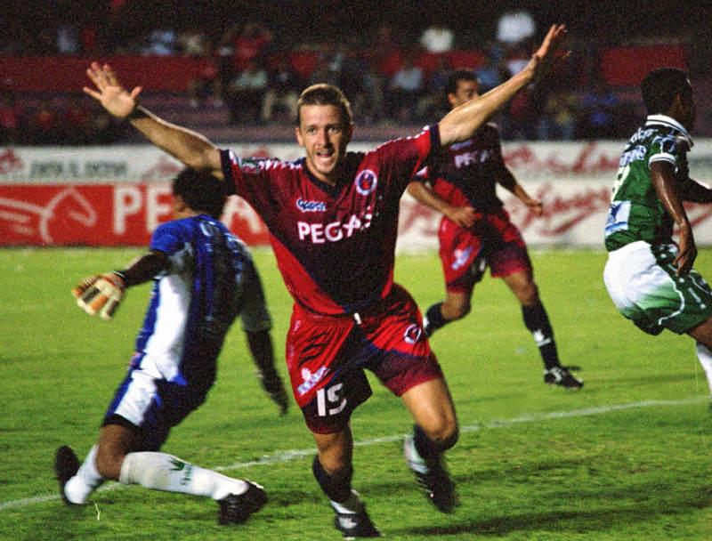 Carlos Casartelli festeja uno de sus goles ante el León