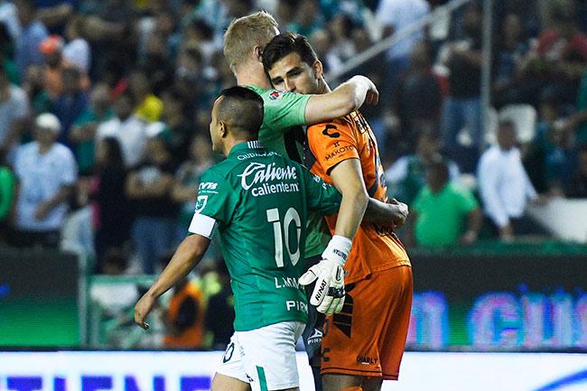 7b001fde7 Jurado es consolado por jugadores de León tras el descenso de su club    IMAGO 7