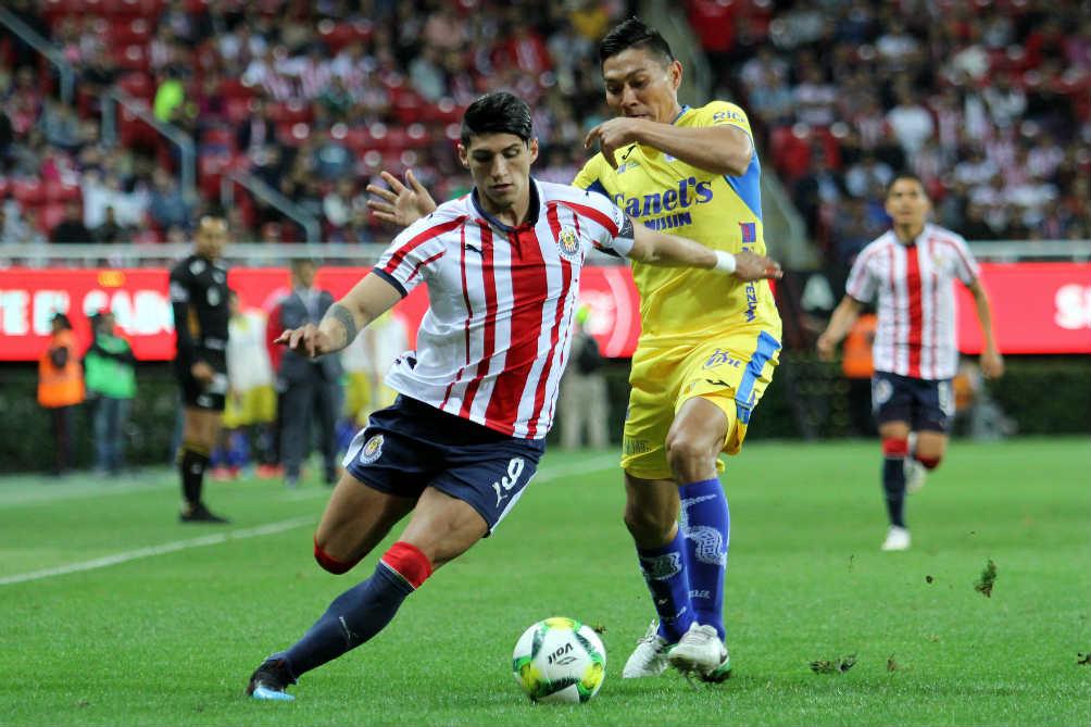 Pulido conduce el esférico en duelo de Copa MX