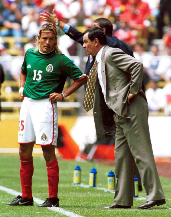 Enrique Meza le da indicaciones a Luis Hernández en el Tri