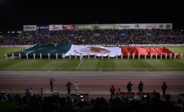 Bandera mexicana en el terreno de juego previo al Juárez vs Pumas