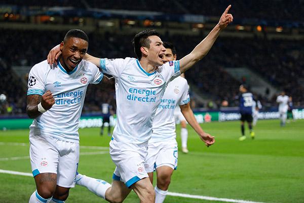 Lozano celebra gol en juego del PSV