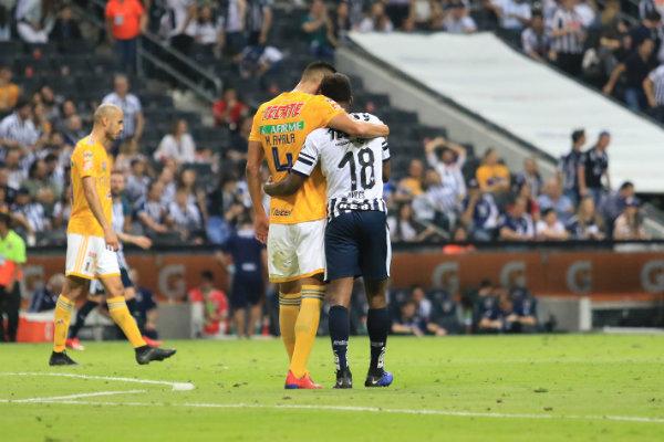 Hugo Ayala y Avilés Hurtado en fraternal abrazo