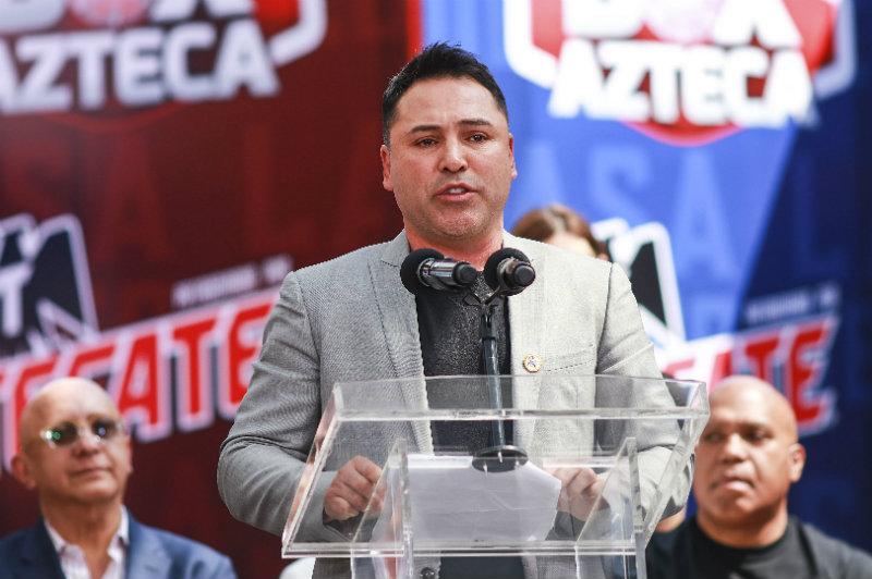 Óscar de la Hoya durante una conferencia de prensa