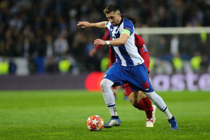 Héctor Herrera provoca multa para el Porto por quedarse saludando aficionados