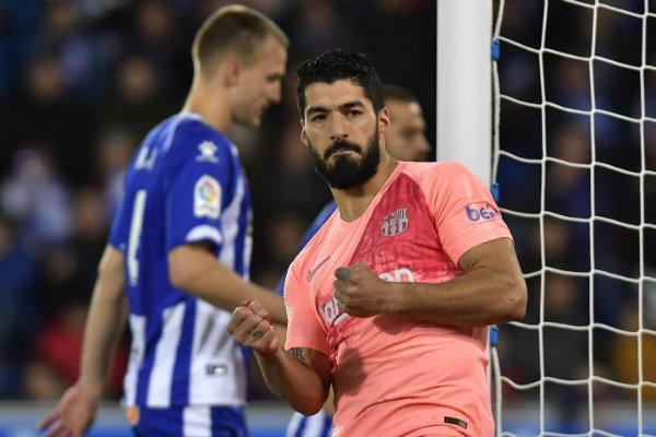 Luis Suárez celebra luego de anotar frente al Alavés
