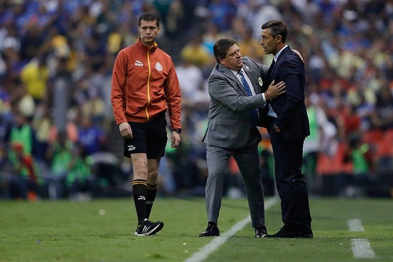 Caixinha y Herrera platican tras un partido
