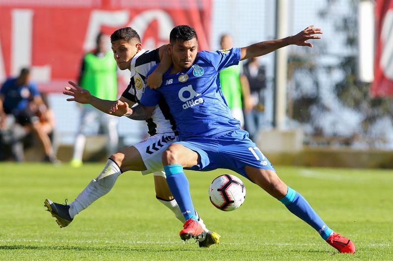 Tecatito disputa un balón en el juego vs Nacional