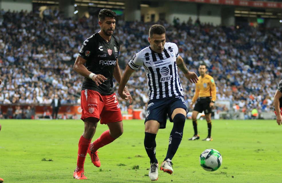 Eduardo Herrera y Celso Ortiz, disputan la pelota