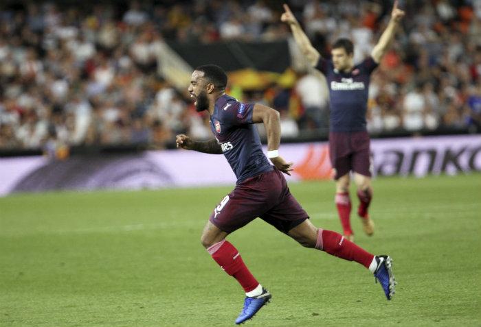 Lacazette festeja gol contra Valencia