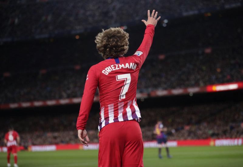 Griezmann saluda en un juego con el Atlético de Madrid