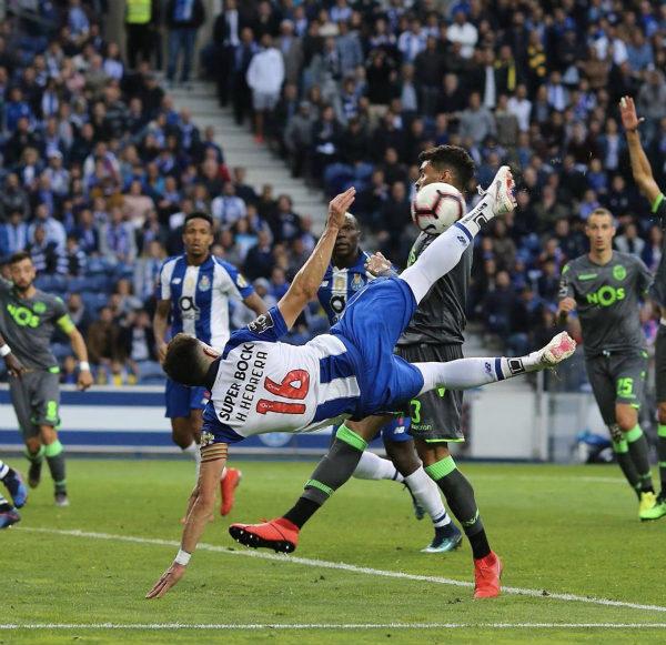 Héctor Herrera anota un gol con el Porto