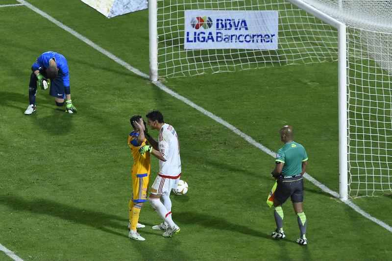 Guzmán y Jiménez festejan frente al Pikolin en la Final del A2015
