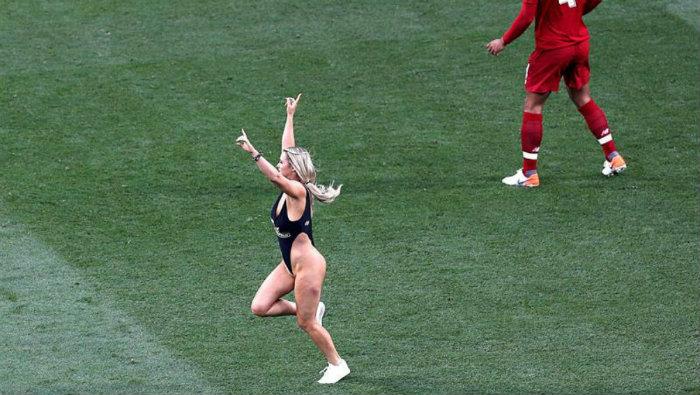 Jugadores intentaron ligarse a la modelo de la Champions League