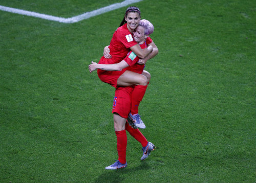 Megan Rapinoe y Alex Morgan celebran un gol