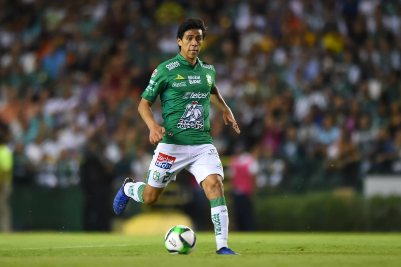 Macias conduce el balón en un juego con León