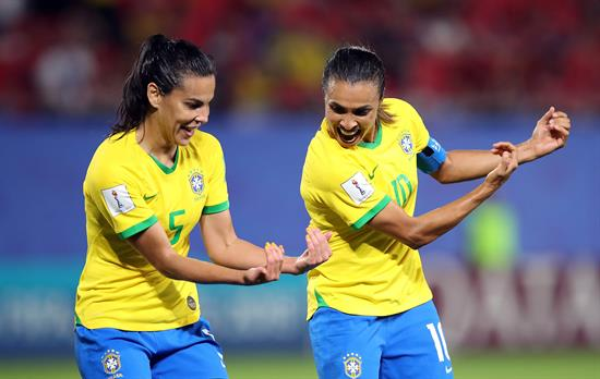 Marta guía a Brasil a octavos y supera a Klose