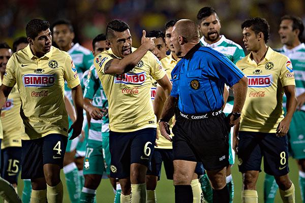Samudio reclama al árbitro en el último Campeón de Campeones del América