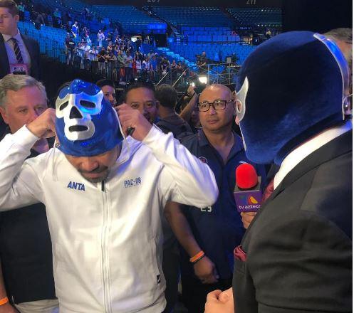 Momento en el que Pacquiao se pone la máscara de Blue Demon