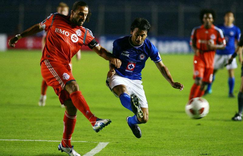 Acción del juego entre Cruz Azul y Toronto FC en 2010