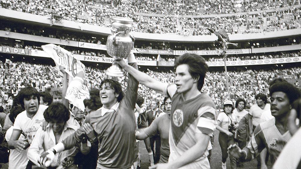 Zelada y Tena, con el trofeo tras vencer a Chivas en la Final de 1984