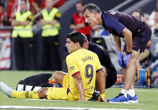 Momento en que Luis Suárez es atendido por los médicos