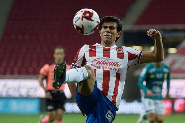 JJ Macías pelea el esférico en el partido contra León
