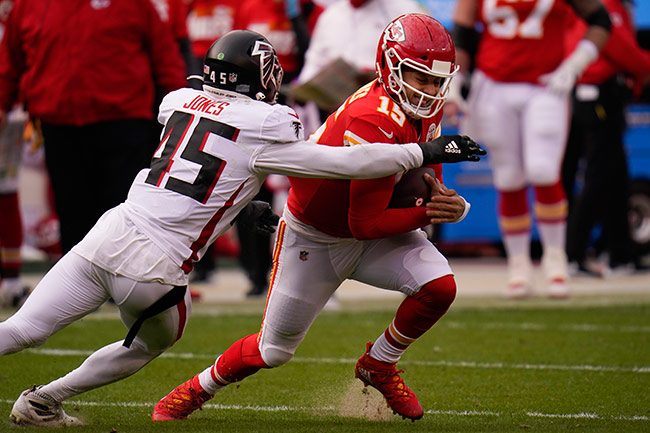 Mahomes es capturado por Deion Jones