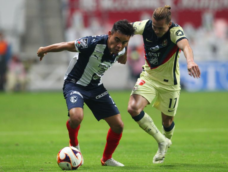 Charly Rodríguez y Sebastian Córdova luchan por el balón