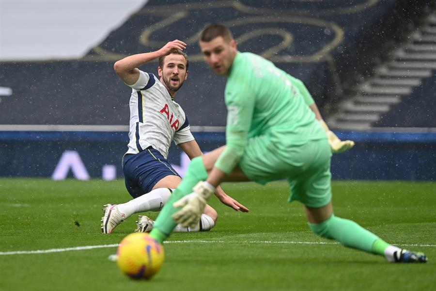 Harry Kane definiendo ante Johnstone