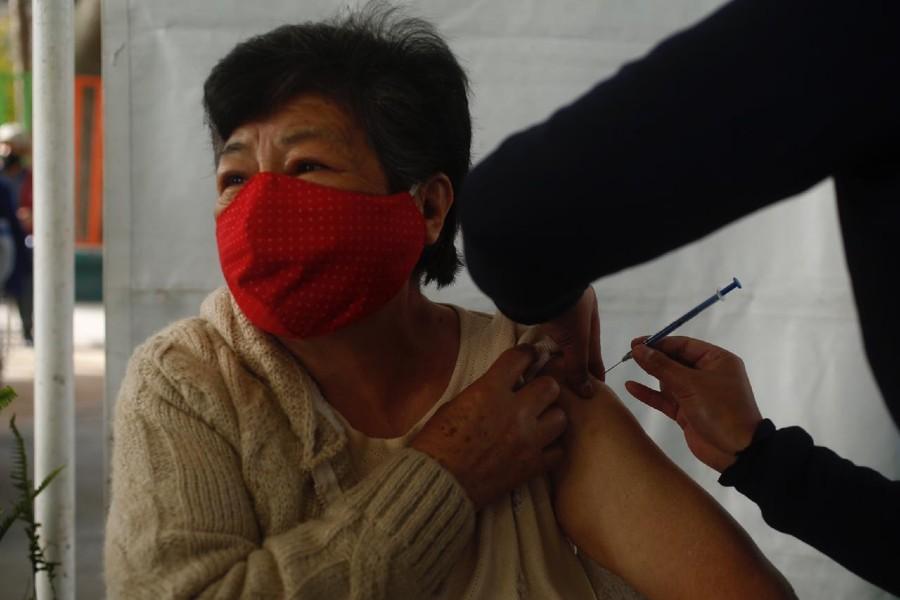 Adulto mayor recibiendo vacuna contra Covid-19