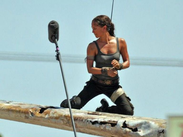 Alicia Vikander realiza una escena caracterizada como la aventurera arqueóloga
