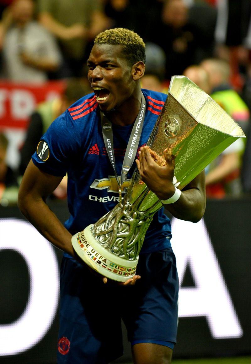Paul Pobga corre feliz cargando el trofeo