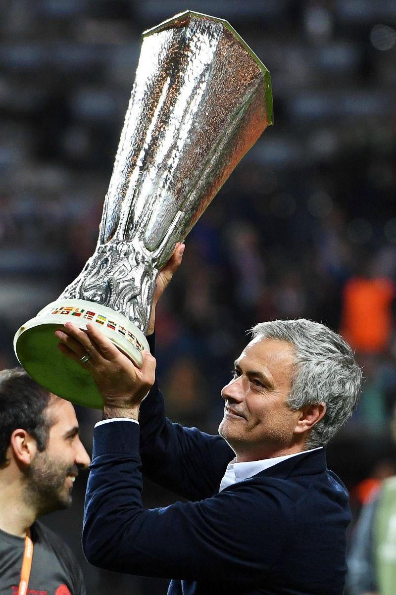 José Mourinho levanta el título de la Europa League