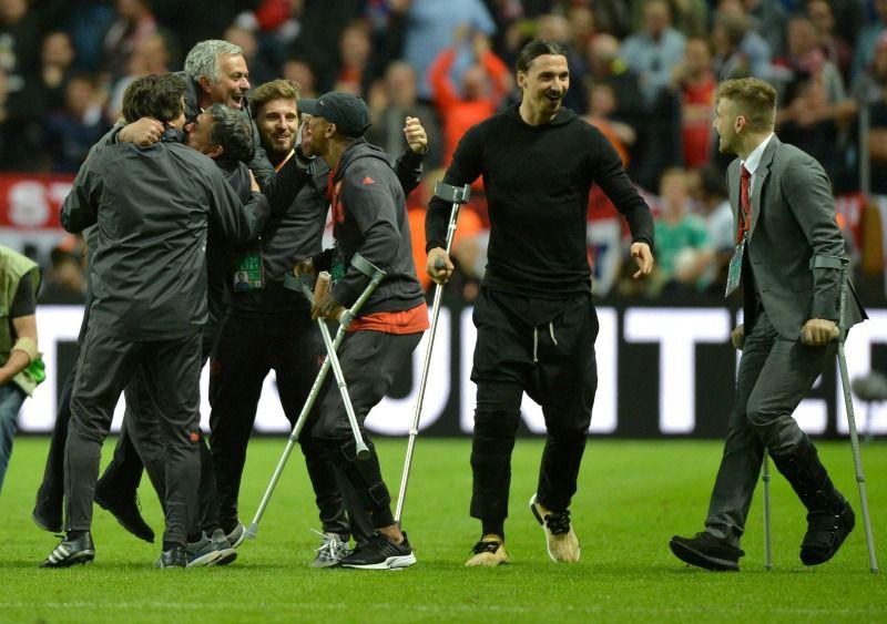 Zlatan, Shaw y Young olvidaron sus lesiones y se fueron a festejar