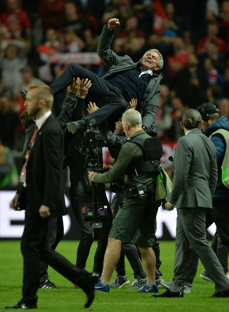 Mourinho es ovacionado por su cuerpo técnico